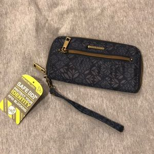 NWT Travelon wristlet